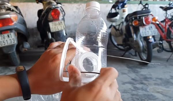 chế chai nhựa thành máng ăn cho gà